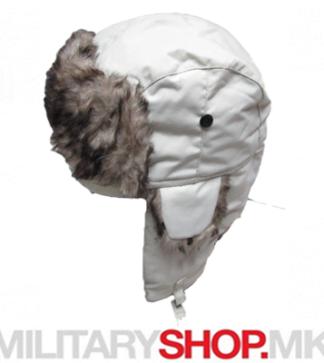 Шубара за во зима со крзно бела боја